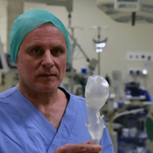 Il professor Michelangelo Ferri con l'aorta costruita con una stampante 3D